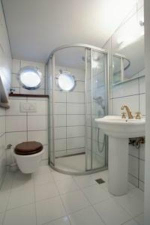 Apartments Tin: nicely decorated bathroom with lots of space