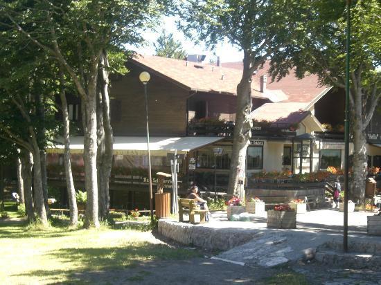 Albergo Sella: L'albergo visto dal prato che porta alla vetta