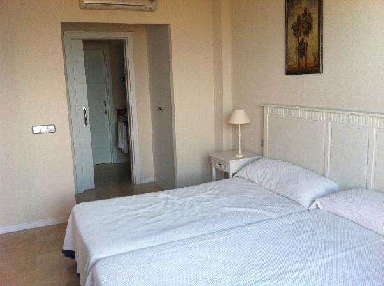 Apartamentos Manilva Green: dormitorio, vestidor y baño al fondo