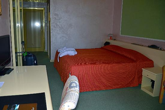 Hotel Sollievo Terme: Stanza al primo piano dell'Hotel con vista sul giardino dell'ingresso