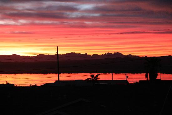 London Bridge Resort: Here is one of the many beautiful sunsets Lake Havasu is so famous for. Here in the mountains al