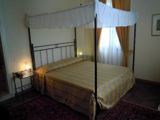 Villa Casanova: Chambre romantique avec lit à baldaquin