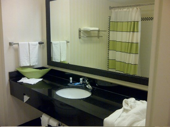 Fairfield Inn & Suites Miami Airport South: Another view of bvathroom