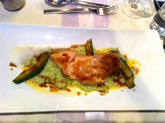 Restaurant Oskars : Gefüllte Maishuhnbrust auf Basilikumrisotto, Tomatenkernöl und marinierter Avocado