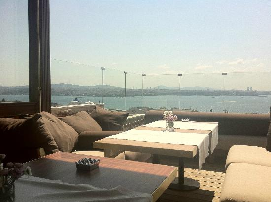 Georges Hotel Galata: Bosporus and Golden Horn views as you enjoy breakfast on the terrace