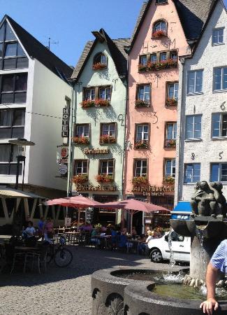 Das Kleine Stapelhauschen: Front of hotel from Fischmarkt square