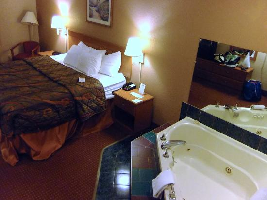 Days Inn by Wyndham Charleston East: Jacuzzi Suite