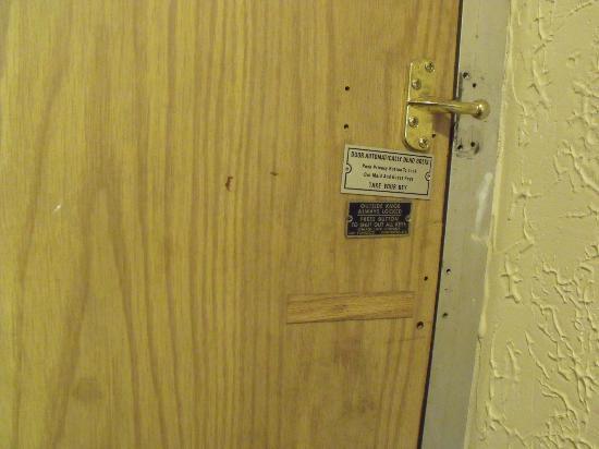 Econo Lodge Inn & Suites: NO LOCK