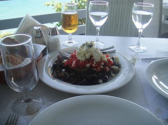Hotel Perrakis: greek salat......cyclades restaurant.....