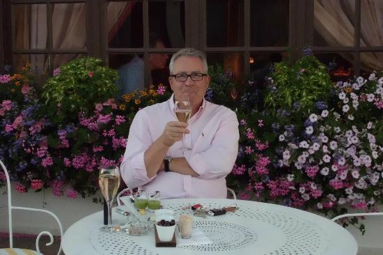 Aux Armes de Champagne : Champagner-Aperitif vor dem Hotel