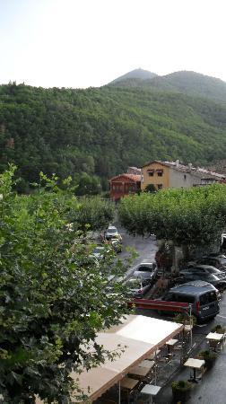 Le Costabonne : la place et la terrasse de l'hôtel