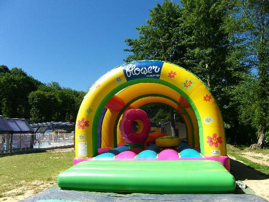 Flower Camping la Chenaie: Chateau gonflable pour le plaisir des enfants