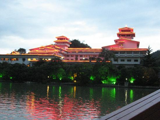 Guilin Park Hotel: Picture of the hotel at dusk
