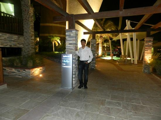 Radisson Blu Hotel, Abu Dhabi Yas Island: outside the hotel