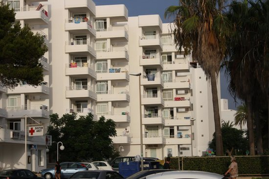 Hotel Palia Sa Coma Playa: Vue de l'hôtel de la promenade, pas côté piscine