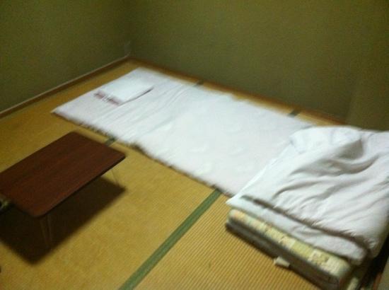 Business ryokan Midori: 三畳一間(ござ)がツイン使用です