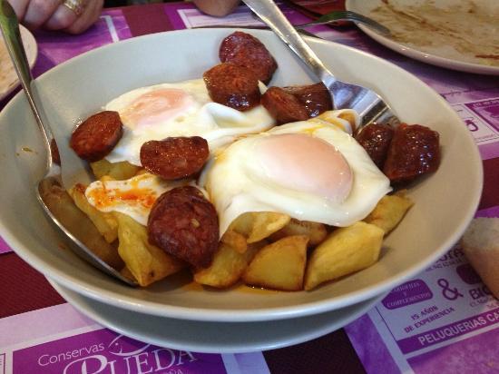 Santona, Hiszpania: Huevos como salgan con chorizo de potes