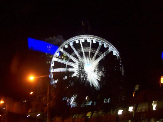 Anacapri Holiday Resort Apartments: view from the balcony at night to big ferris wheel in surfers