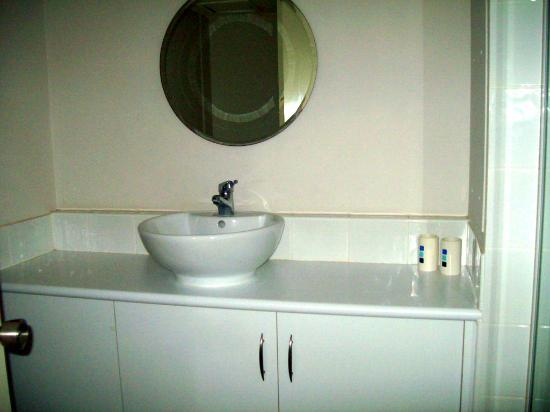 Anacapri Holiday Resort Apartments: part of bathroom, also has full size bath and shower over