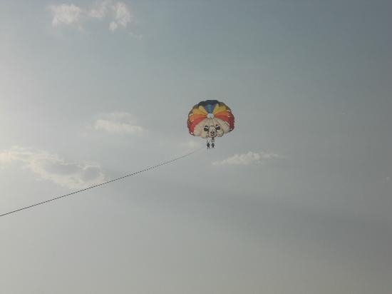 Siam Elegance Resort & Spa : Parachute avec base nautique sur la plage