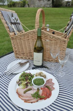 Howards House: Picnic hamper on the lawn - delicious al fresco lunching!