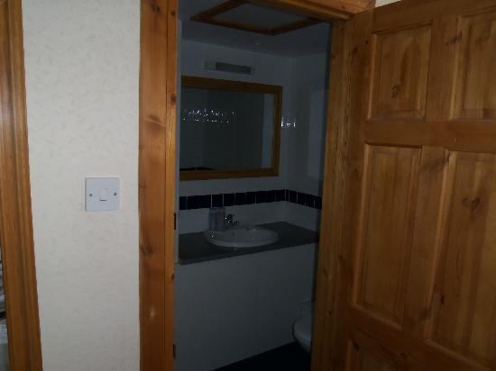 The Kenton: perfect clean bathroom and up to date modern
