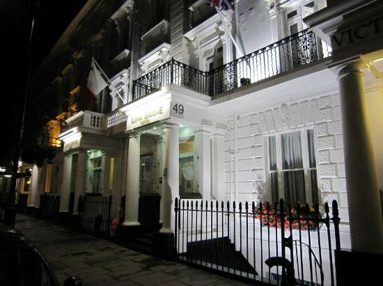 Luna & Simone Hotel: Our room is the window on the right. On the sidewalk practically, but still no problem sleeping