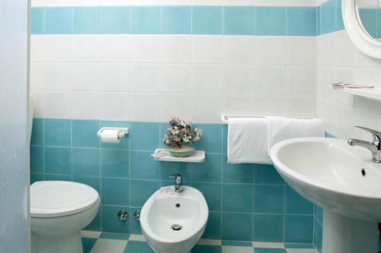 Bagni ristrutturati con Box doccia - Picture of Hotel Columbus ...