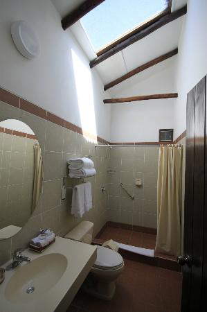 Isla Suasi Hotel: Bathroom
