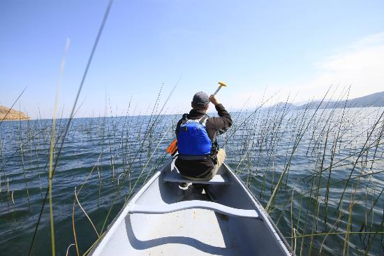 Isla Suasi Hotel : Canoing on the lake