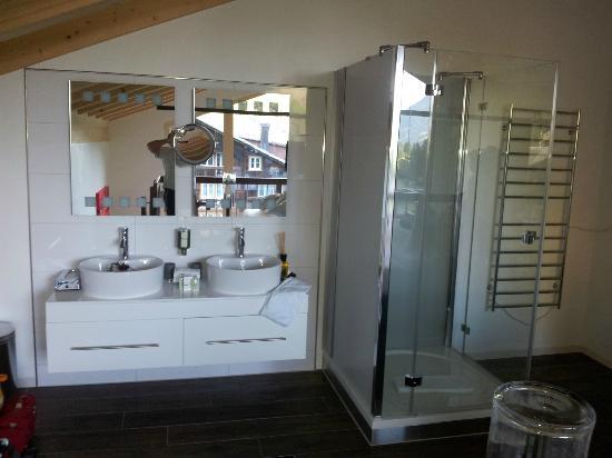 Wellness and Vitalhotel Pirmin Zurbriggen : Salle-de-bains ouverte sur chambre à l'étage