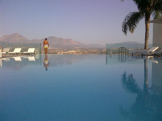 SHA Wellness Clinic: Vue piscine extérieure