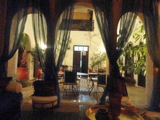 Riad Les Trois Mages: vista del cavedio dal salone rosso