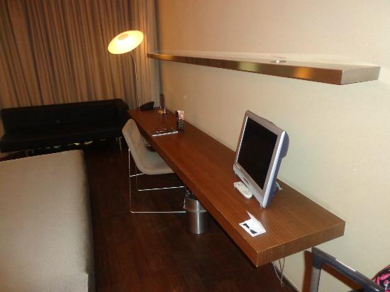 chambre espace bureau photo de b hotel barcelone tripadvisor. Black Bedroom Furniture Sets. Home Design Ideas