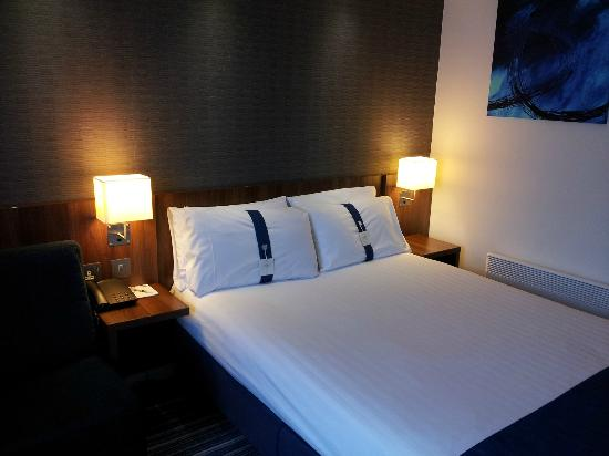Holiday Inn Express Leeds East: Bed with choice of Soft & Firm pillows