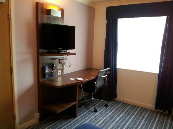 Holiday Inn Express Leeds East: Desk & TV