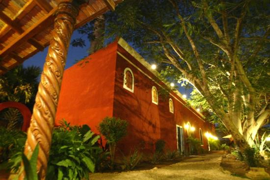 Hacienda Santa Cruz: hacienda view by night