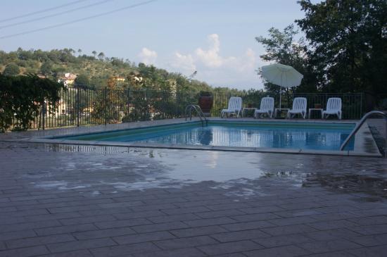 Residence Montefiore: autre vue de la piscine