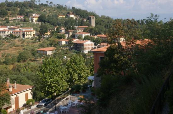 Residence Montefiore: Vue depuis la piscine de la résidence