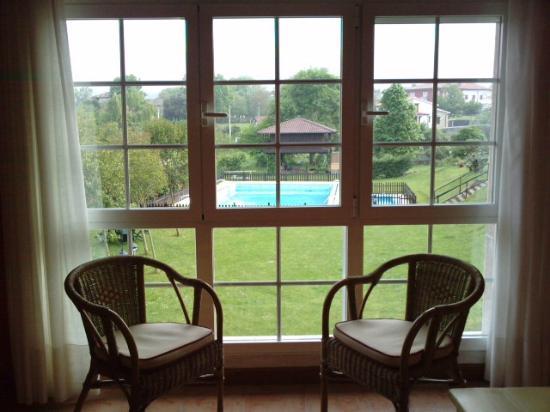 La Quintana del Cuera: Vista a la piscina y al jardín desde júnior suite H-13
