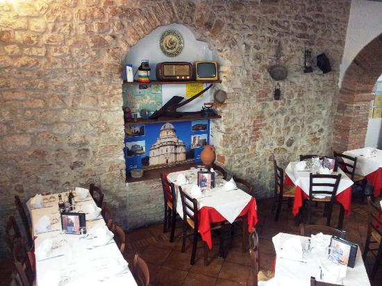 Тоди, Италия: sala interna della trattoria
