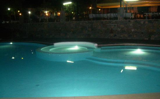 Park Hotel Cilento: La piscina di  notte ed la sala ristorante