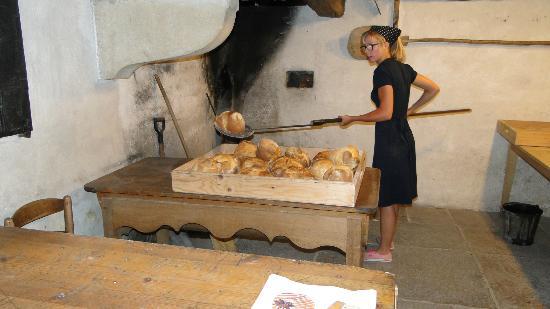 Musée des Maisons Comtoises de Nancray : La sortie du pain après cuisson