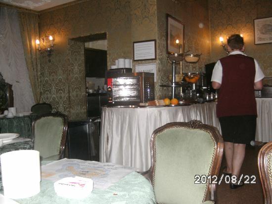 Hotel Ateneo: salle dej, cuisine et poubelle(Grise)