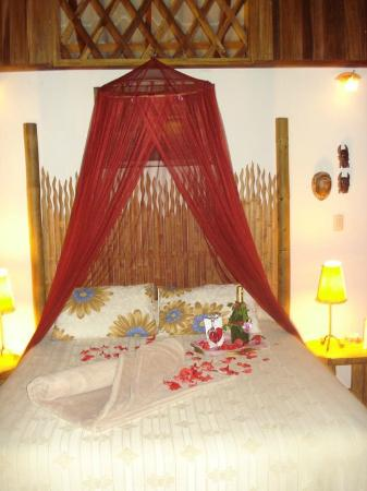Coral Hill Bungalows: Our bed...