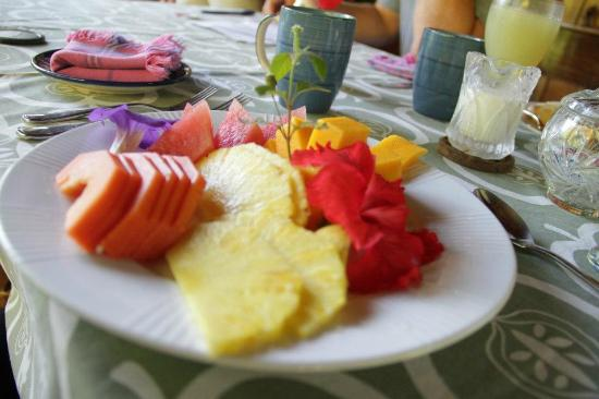 Coral Hill Bungalows: delicious breakfast...amazing fresh fruit