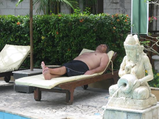 คูตาลากูนรีสอร์ทแอนด์พูลวิลลา: Relaxing by the pool