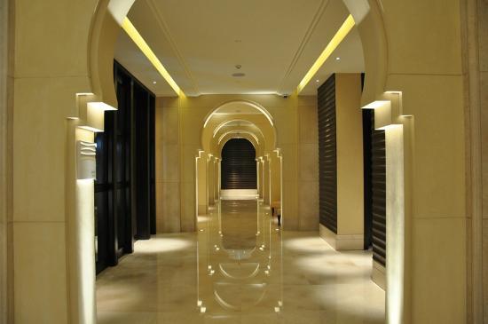 Anantara Eastern Mangroves Hotel & Spa: Anantara Eastern Mangroves - corridor on ground floor