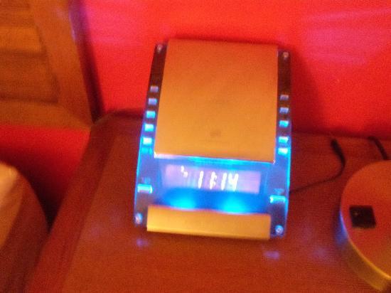 Hotel Indigo Columbus Downtown: Bright CD Player/Alarm