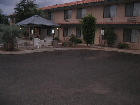 Catalina Inn: Front View of Hotel